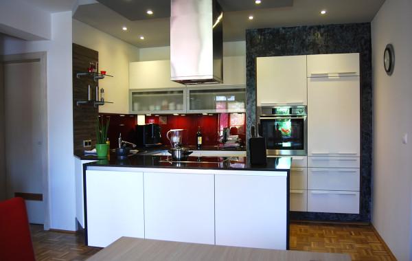 Moderne Küche mit Farbakzenten
