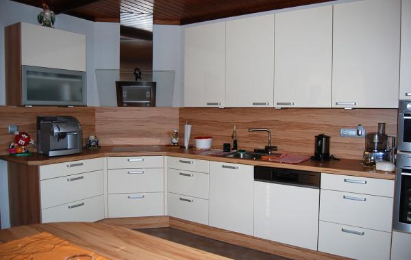 Klassische Küche mit Apfelholz