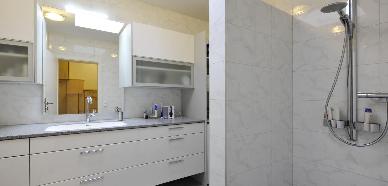 Kleine badezimmer plane die kombination aus modernen alu griffen sowie der f hlbaren - Kleines badezimmer planen ...